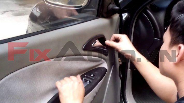 cách khắc phục cửa kính ô tô bị kẹt