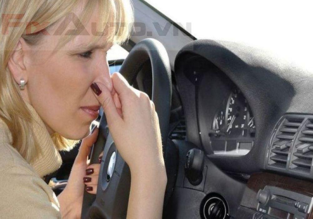 Xe ô tô có mùi xăng
